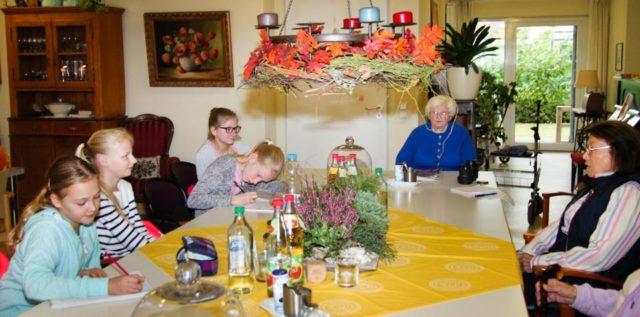 Im Gespräch: (v. l.) Jule Grewer, Emely Unrau, Jana Steinbicker, Charlin Lütke-Besselmann, Hedwig Mevenkamp und Maria Pickert. (Foto: Jessica Wille, Die Glocke)