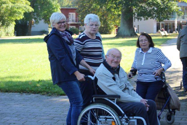 der Urlaub kann beginnen v.l.n.r. Claudia Thoben (Mitarbeiterin) , Maria Hegebüscher, Johannes Wollny und Maria Pickert (WG-Mieter)