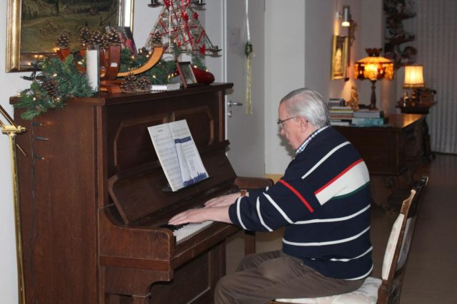 Herr Weinekötter (Mieter) am Klavier