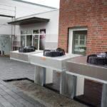 Diese drei Ventilatoren vor dem Haus gehören zur ultramodernen Heizungsanlage, die nicht nur heizen, sondern auch kühlen kann. Bis zur Eröffnung werden diese Maschinen aber hinter einem begrünten Zaun verschwunden sein. (Foto: SMMP/Beer)